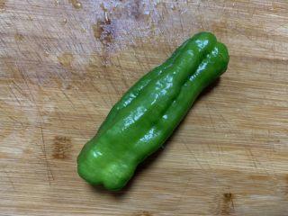 青椒土豆丝,准备一个青椒洗净