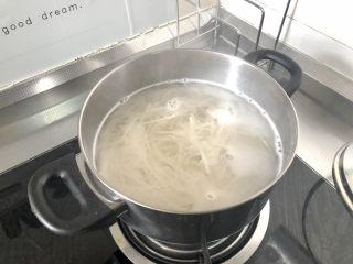 西紅柿雞蛋拌面,中小火煮三分鐘