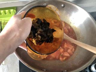 西红柿鸡蛋拌面,下木耳