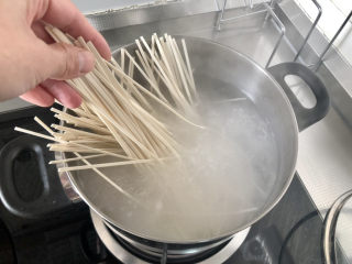 西紅柿雞蛋拌面,提前燒開水,番茄雞蛋收汁時,水開下面