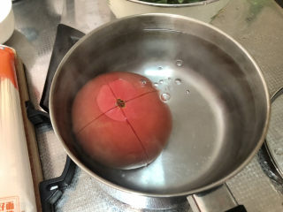 西红柿鸡蛋拌面,加适量开水,没过番茄,烫三分钟,以便剥皮