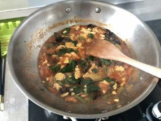 西紅柿雞蛋拌面,小火燉煮兩分鐘