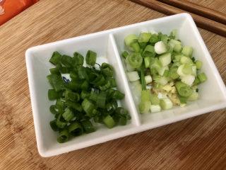 西紅柿雞蛋拌面,小蔥清洗,蔥白蔥葉分別切末,姜清洗切末