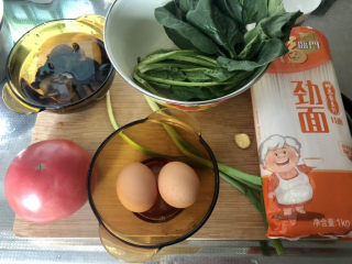 西红柿鸡蛋拌面,食材合照:番茄一大颗,泡发木耳数朵,菠菜两棵,鸡蛋两颗,小葱两根,姜一小片,挂面适量