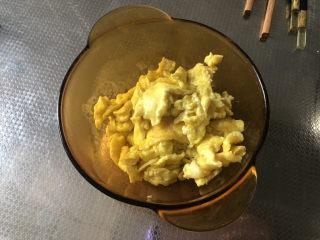 西红柿鸡蛋拌面,炒蛋沥油盛出