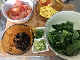 西红柿鸡蛋拌面,全部食材准备好