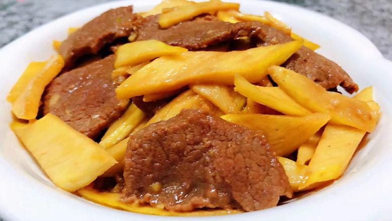 小炒黄牛肉,营养丰富的小黄牛肉炒茭白装入盘中就大功告成了