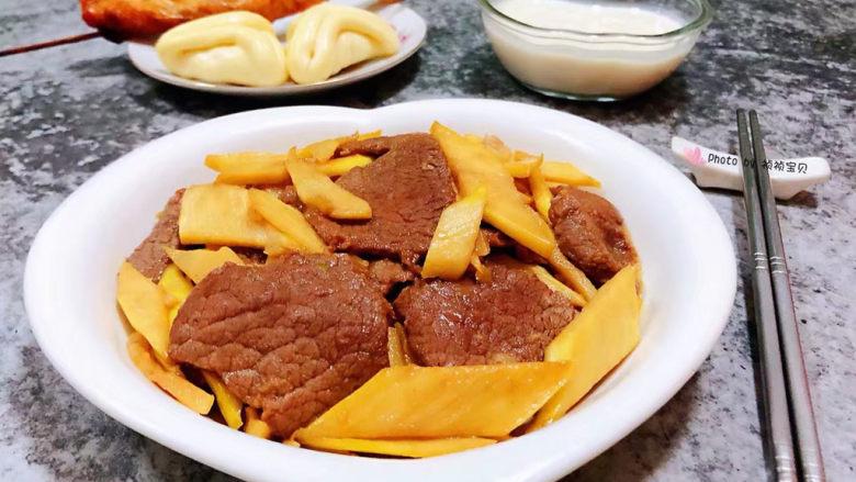 小炒黄牛肉,搭配小馒头和烤鸡翅、牛奶一起吃超级棒哦