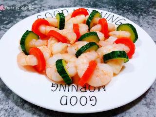 黄瓜炒虾仁,美味诱人的虾仁装入盘中就大功告成了