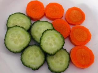 黄瓜炒虾仁,黄瓜和胡萝卜切成小于一厘米宽的片状