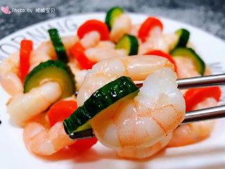 黄瓜炒虾仁,虾仁入口鲜嫩爽口混搭着黄瓜和胡萝卜的清新别有一番滋味