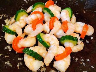 黄瓜炒虾仁,炒至虾仁完全入味即可出锅享用