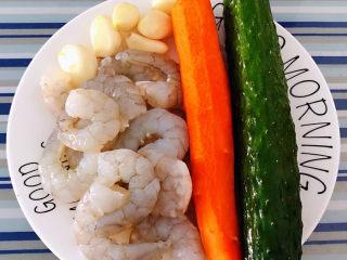 黄瓜炒虾仁,准备原材料新鲜的海虾去头去皮洗净、黄瓜、胡萝卜、蒜