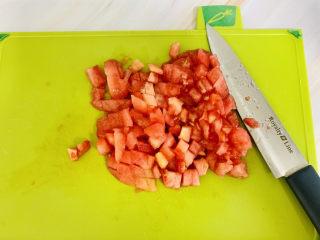 西紅柿面疙瘩,西紅柿去皮切成小塊備用。