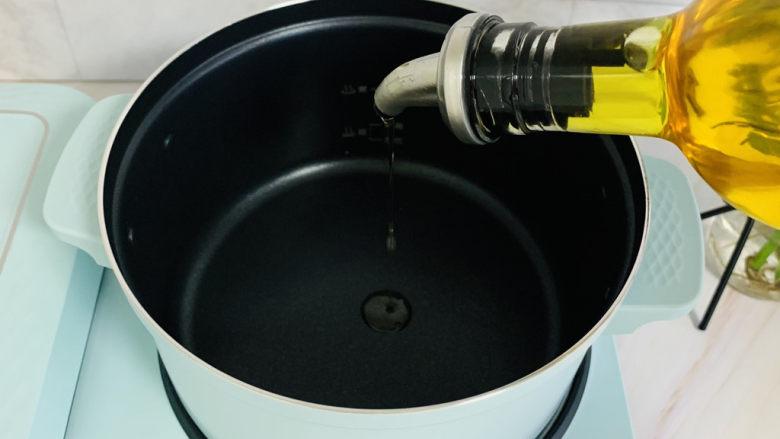 西红柿面疙瘩,锅中加入玉米油