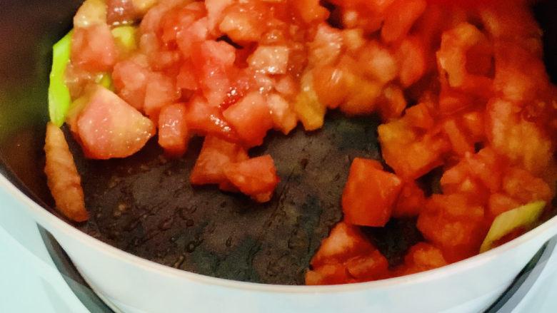 西红柿面疙瘩,加入切好的番茄丁翻炒至浓稠。