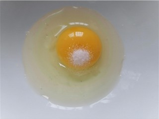 洋葱炒蛋,鸡蛋磕入碗中加入少许盐调味