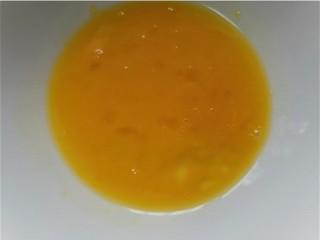 洋蔥炒蛋,將蛋液攪打均勻