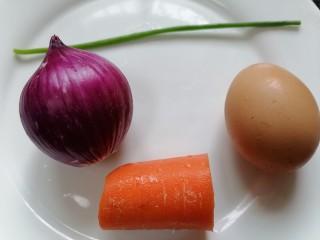 洋葱炒蛋,准备好所需材料