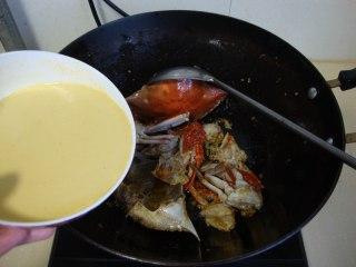 咖喱梭子蟹,倒入蛋液炒至凝固均勻的裹在蟹塊上