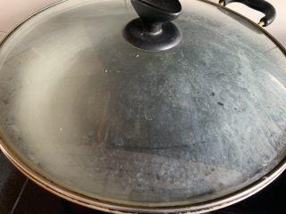 剁椒魚頭,鍋內加水燒開