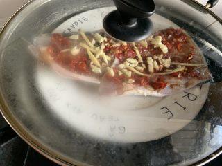 剁椒魚頭,大火蒸十分鐘左右,我這條魚頭肉不厚,十分鐘左右就可以了,太久肉質容易老。如果肉厚的話時間就稍微長點,不然不熟