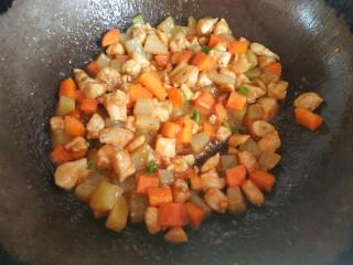 爆炒鸡胸肉,大火爆炒,汤汁粘稠,关火出锅