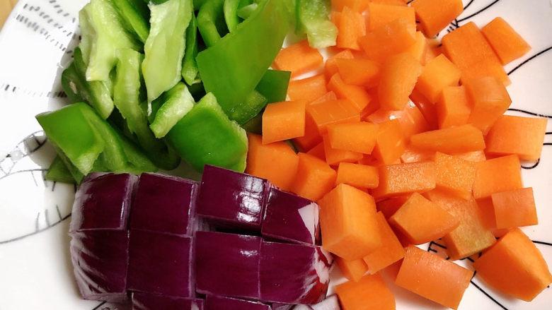 爆炒鸡胸肉,蔬菜切块儿待用。