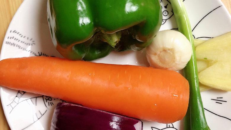 爆炒鸡胸肉,准备好蔬菜。
