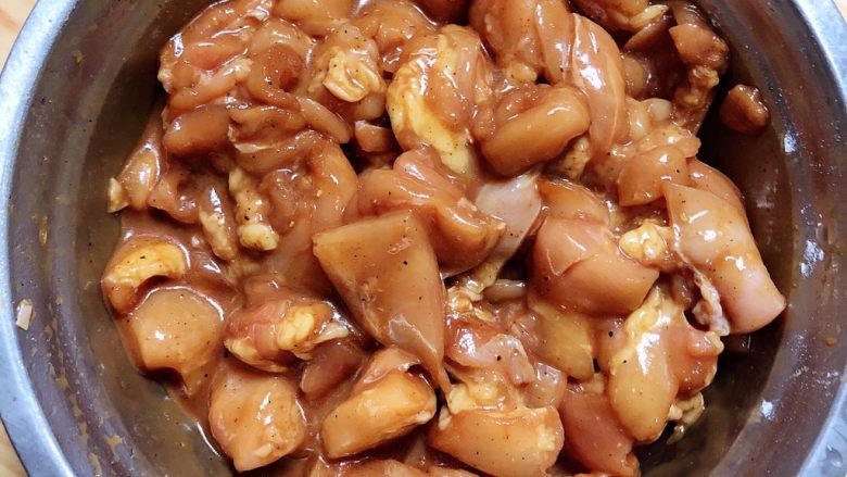 爆炒鸡胸肉,抓均匀,腌制10分钟。