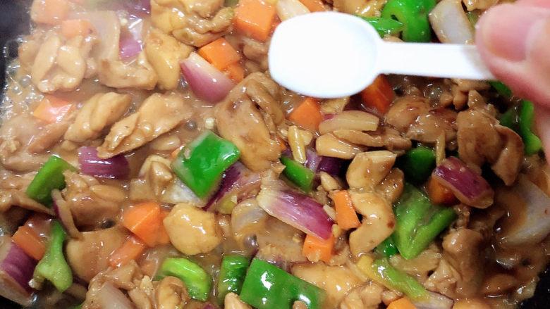 爆炒鸡胸肉,加入少许盐。