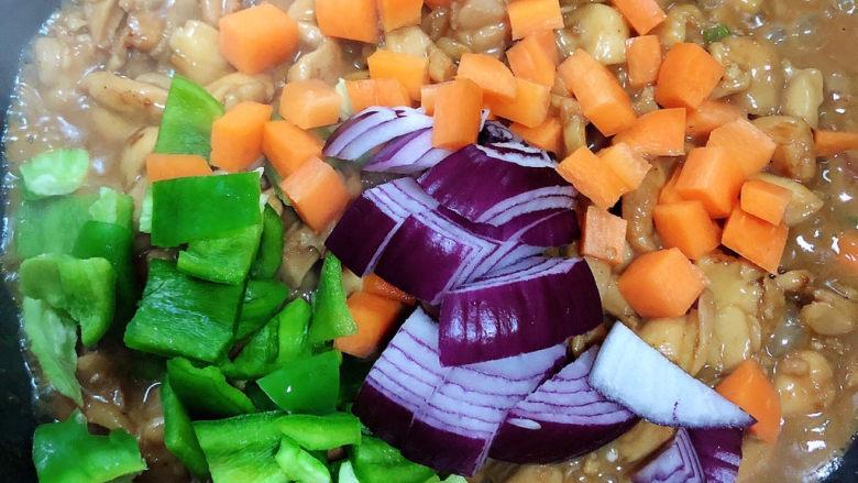 爆炒鸡胸肉,加入蔬菜,翻炒均匀。