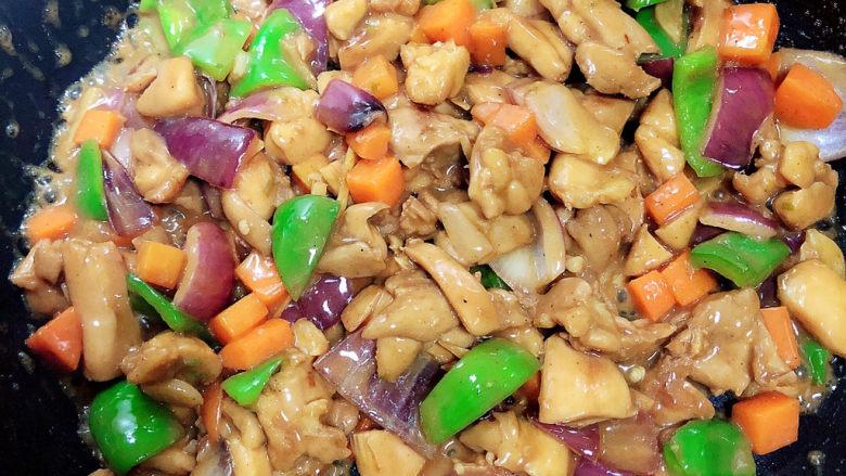 爆炒鸡胸肉,翻炒均匀,入味后即可出锅了!
