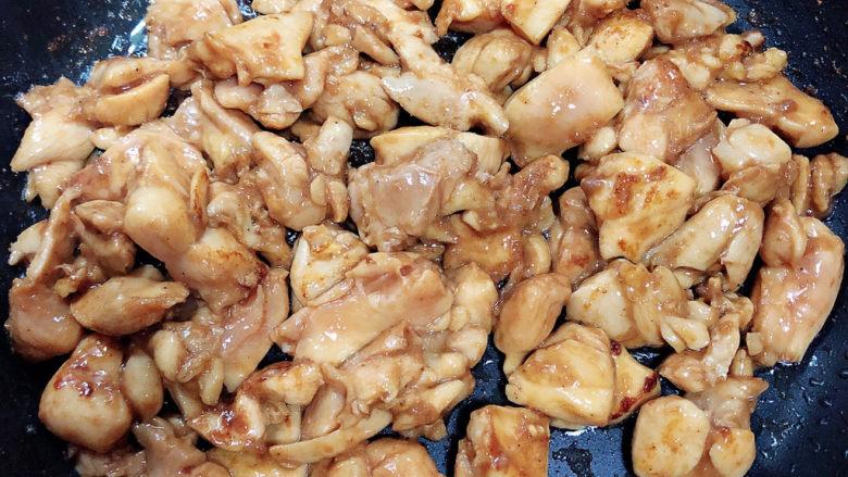 爆炒鸡胸肉,将鸡肉中水份炒没,变白。