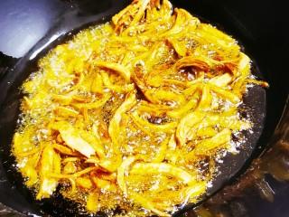 爆炒鸡胸肉,六成热加入腌好的鸡丝,小火慢炸
