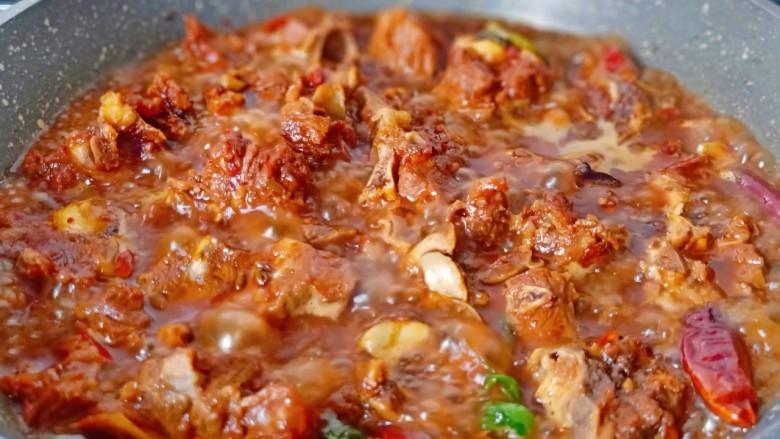 红烧羊蝎子,炖到汤汁差不多,开大火收汁。