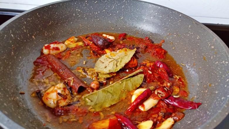 红烧羊蝎子,锅内放入少许植物油,煸香葱姜蒜放入香料。