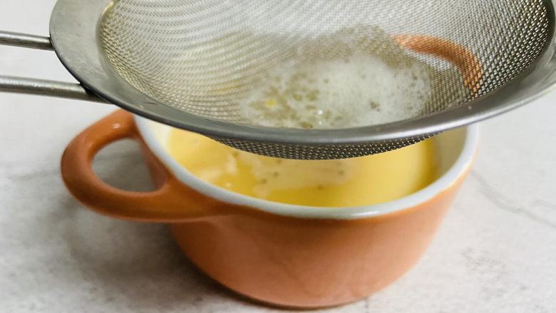 虾皮鸡蛋羹,取一筛网倒入蛋液过滤2遍,这样蒸出来的鸡蛋羹会更细腻