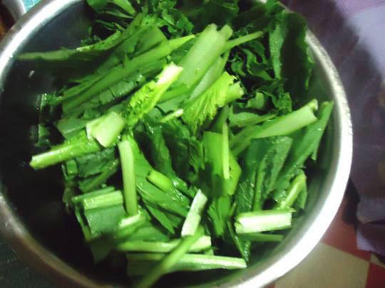 自制虾滑,将小白菜切成均匀的段。