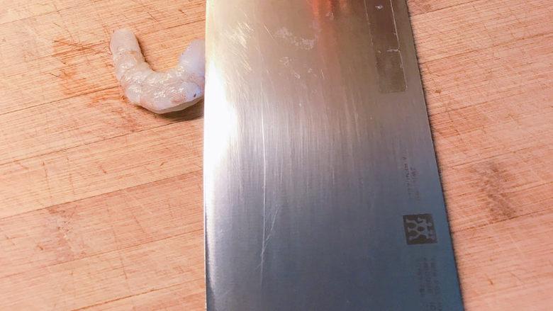 自制虾滑,然后用刀剁成虾蓉,也可以用料理机打碎。