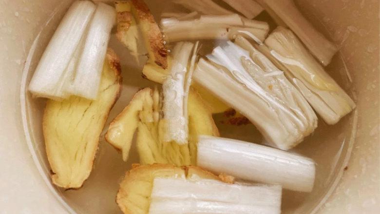 自制虾滑,葱和姜切段用水泡上。