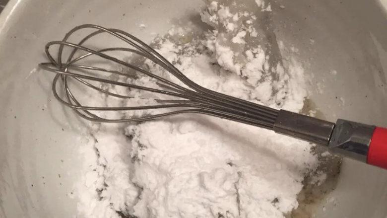自制虾滑,再加入淀粉搅拌,同样朝同一方向搅拌。