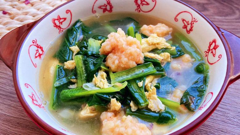 自制虾滑,虾滑变红,差不多要熟了的时候放入小白菜,汤再次烧开,小白菜断生,加入一点点的盐调味,还可以加一点点香油。