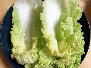 白菜包肉,准备好白菜叶,洗净待用。