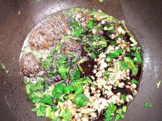 白菜包肉,加入蒸鱼豉油。