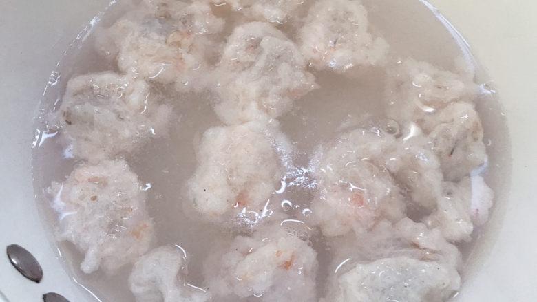 自制虾滑,放入锅里。全部挖好后再开大火煮开。