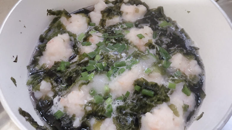 自制虾滑,加少许盐和葱花调味。