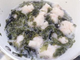 自制虾滑,下适量紫菜。