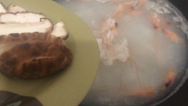 自制虾滑,煮开一会下香菇