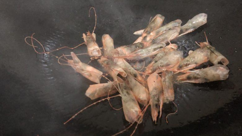 自制虾滑,锅里下油,下虾头翻炒一下
